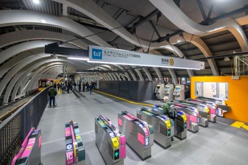 新ホーム西側の旧ホーム寄りにできた銀座線渋谷駅の改札口。渋谷スクランブルスクエアやJR渋谷駅に近い。旧ホームは百貨店の建物内にあったため、乗り換えの動線が狭くて複雑だった。新ホームは高架上に独立して設けることで、動線を整理・集約。エスカレーターやエレベーターも充実させる(写真:大村 拓也)