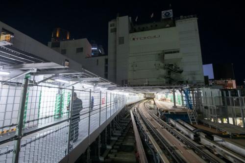 新ホームへは銀座線渋谷駅の旧降車ホーム(写真左)などを通ってアクセスできる。右奥は旧乗車ホーム。旧ホームがある場所には2028年3月までに、渋谷スクランブルスクエア2期工事として中央棟・西棟が建つ。旧ホームの撤去などは今後、両棟の建築工事と合わせて検討していく。写真中央の線路は、渋谷マークシティの地上3階に位置する銀座線の車両基地まで続く(写真:大村 拓也)