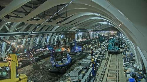 12月28日午前6時すぎ、既設の線路が撤去され、油圧ショベルで残った砂利を搬出する。手前に積んだ灰色の鉄骨は、新しいホームの支柱(写真:東京メトロ)