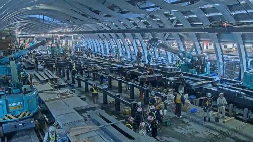 12月28日午前10時すぎ、新しいホームの支柱や桁を設置していく(写真:東京メトロ)