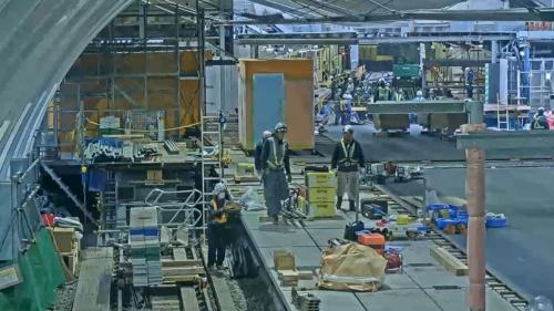 12月30日午前8時すぎ、右奥の旧ホームに近い側で線路の切り替え工事などが続く(写真:東京メトロ)