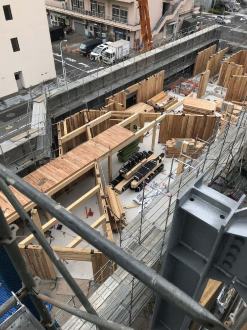 A棟の建て方中の様子。パビリオン棟に向けて開いたり閉じたりするように耐力壁を斜めに配置した(写真:三菱地所設計)