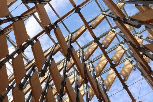パビリオン棟の天井部を見上げる。屋根材には、岡山県真庭市への移築を見越し、積雪荷重などを考慮した強化合わせガラスを使用した(写真:日経アーキテクチュア)