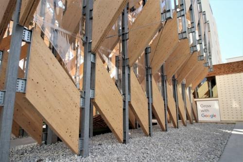 パビリオン棟を北側から見る。CLTパネルのユニットは移築を前提に組み立てと解体、再築のしやすさを考慮して設計した。CLTパネルは45分の燃えしろ設計で、鉄骨柱には耐火塗料を塗布した(写真:日経アーキテクチュア)