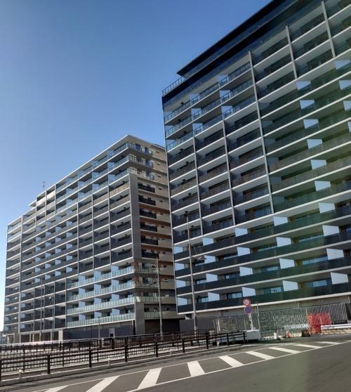 PARK VILLAGEのE棟(右)とF棟(左)。バルコニーの隔て板や軒天井に角度をつけてリズム感を出しつつ、光と風を取り込む設計になっている(写真:日経アーキテクチュア)