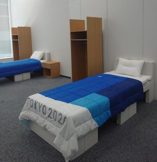 再利用が可能で、片付けや運搬も楽な段ボール製のベッド。サイズは、幅900×長さ2100×高さ400mm(写真:日経アーキテクチュア)