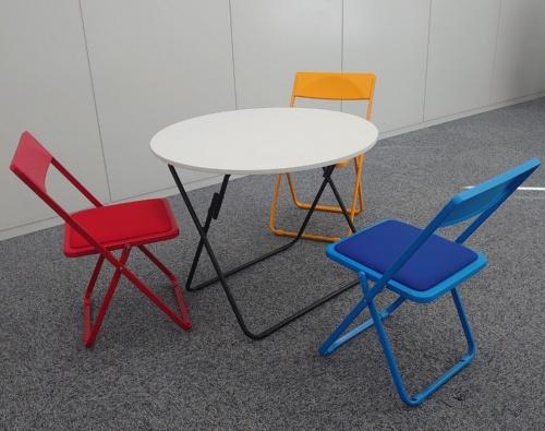 丸テーブルと椅子(写真:日経アーキテクチュア)