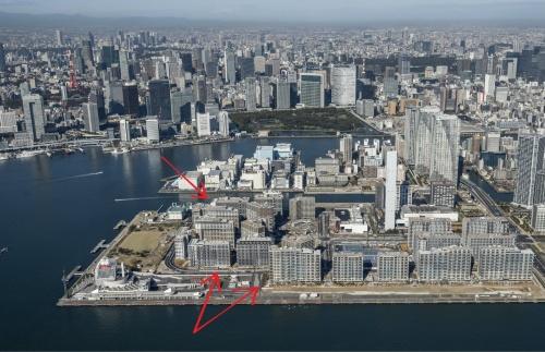 今回のメディア説明会で撮影が許された方向(写真:HARUMI FLAG広報事務局、矢印は日経アーキテクチュアによる加工)