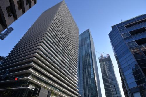 2020年1月に竣工した「虎ノ門ヒルズ ビジネスタワー」の西側外観。奥に立つのが、14年に開業した「虎ノ門ヒルズ 森タワー」と、建設中の「虎ノ門ヒルズ レジデンシャルタワー」(写真:日経アーキテクチュア)