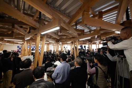 2020年1月29日、東京オリンピック・パラリンピック競技大会組織委員会は、選手村ビレッジプラザに木材を提供している自治体の首長などを招いて記念式典を開いた(写真:吉田 誠)