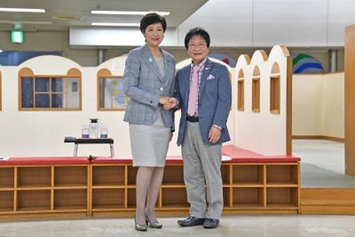 都民の城の館長に就任予定である、「尾木ママ」こと尾木直樹氏(右)(写真:東京都)