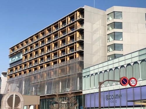 2020年4月に開業する、JR原宿駅前の大型複合施設「WITH HARAJUKU」(左)。撮影は20年2月(写真:NTT都市開発)