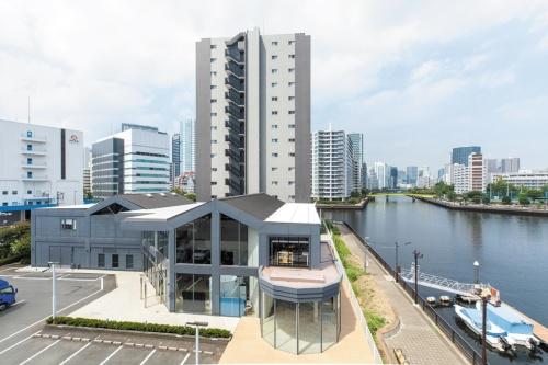 パナソニック、三菱地所レジデンス、寺田倉庫の3社が2019年6月に開設した「TENNOZ Rim(テンノウズ・リム)」。コワーキングスペース、リハーサルスタジオなどが入る(写真:北山宏一)