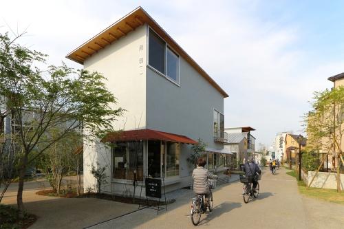 区道沿いのSOHO棟を見る(写真:日経アーキテクチュア)