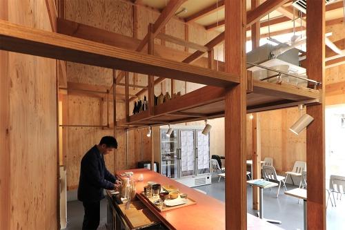 商業棟1階の「発酵デパートメント」(13)飲食スペース。「発酵」の文化的な側面に着眼し、各地の食づくりのアーカイブ的な役割も意識する専門店(写真:日経アーキテクチュア)
