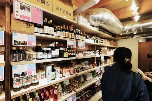商業棟1階の「発酵デパートメント」(13)物販スペース。日本各地、世界各国の発酵調味料、酒、茶などを販売する(写真:日経アーキテクチュア)