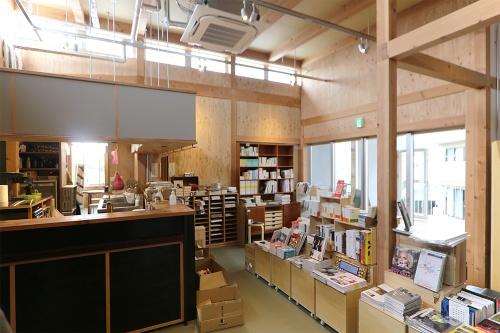 商業棟2階には、2012年から下北沢で営業してきた「本屋 B&B」(11)が移転・リニューアル(写真:日経アーキテクチュア)