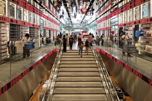 地下1階と地上1階のメゾネットで展開する「ユニクロ原宿店」(写真:安川 千秋)