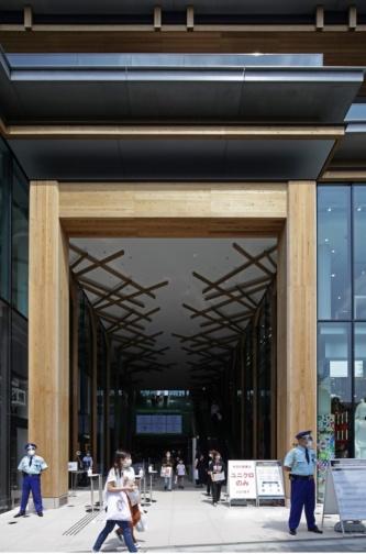 JR原宿駅に面したメインエントランス。杉を使った木のゲートは、鳥居を思わせる。パサージュの間柱及び天井には多摩産のスギ材を使用した(写真:安川 千秋)
