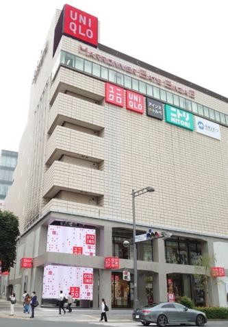 「UNIQLO TOKYO」が入る商業施設「マロニエゲート銀座2」の外観。築35年以上たつ建物だ。外装には、ユニクロのキューブ形のロゴを多用した。ロゴを映すデジタルサインは、インターフェースデザイナーの中村勇吾氏が担当(写真:日経クロステック)