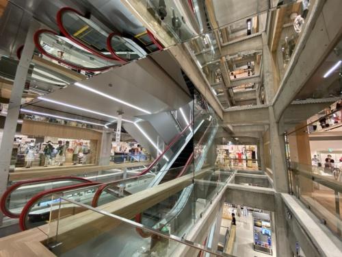 ヘルツォーク&ド・ムーロン(H&deM)がデザインアーキテクトを務めた「UNIQLO TOKYO」の店内。4フロアを貫き、既存の梁(はり)や柱をむき出しにした吹き抜けの大空間が目を引く(写真:日経クロステック)