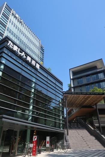 多摩信用金庫(たましん)の新しい本店ビル。地上9階建てで、美術館を併設する(写真:日経クロステック)