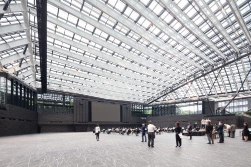 2020年7月1日に開業した「三角広場」。基本的には午前5時から午前0時まで自由に出入りできる(写真:吉田 誠)