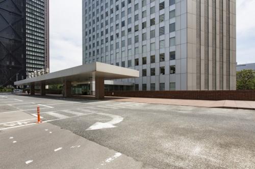 三角広場が新設された敷地北側にはもともと、地上2階レベルに車寄せがあった(写真:住友不動産)