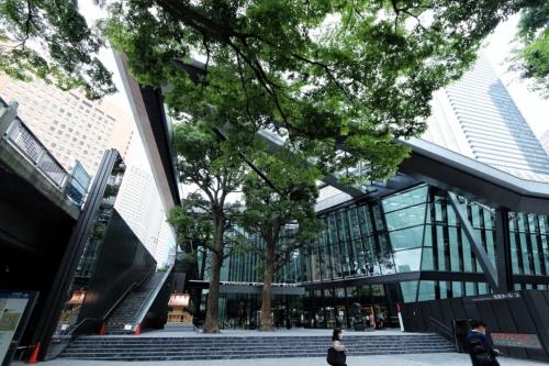 西新宿の超高層街特有の、2層構造の街路を結ぶ階段やエレベーターなども整備した(写真:日経クロステック)
