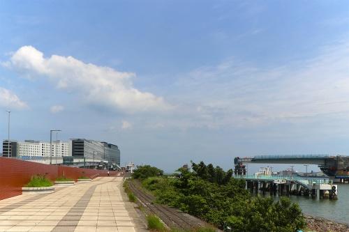 羽田エアポートガーデンを南西側から見る。ソラムナード羽田緑地の途中(写真右手)に「羽田空港船着場」がある(写真:日経クロステック)