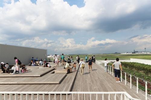 20年7月の「まちびらき」によって緩やかに始動した羽田イノベーションシティ。写真は無料で開放している足湯スカイデッキ(写真:日経クロステック)