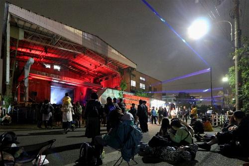 大田区京浜島では17年より、稼働中の鉄工所などを会場とする音楽とアートのイベント「鉄工島フェス」を開催している(写真は19年11月)(写真:日経クロステック)