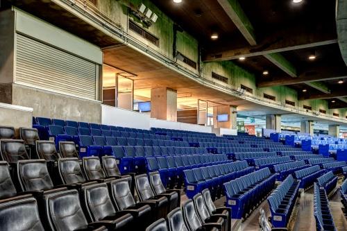 スタジアム内。給気口が観客席上方に並んでいる。換気量のアップなどによっても室温を快適に保てるよう、来季には冷房能力増強工事を実施する(写真:東京ドーム)