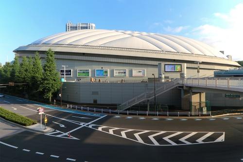 東京ドーム外観(撮影は対策発表日とは異なる)。低ライズケーブル補強空気膜構造を採用、四フッ化エチレン樹脂コーティングガラス繊維布(PTFE膜)を張っている。いわゆる「東京ドーム1個分」といわれる建築面積は4万6755m2、グラウンド面からのドームの高さは約61.7m、気積は約124万m3(写真:日経クロステック)