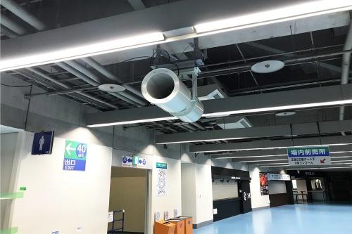 コンコースに、指向性が高く、かつ低騒音の搬送ファン(大型送風機)を設置する。写真は既に設置済みの4階の様子(写真:東京ドーム)