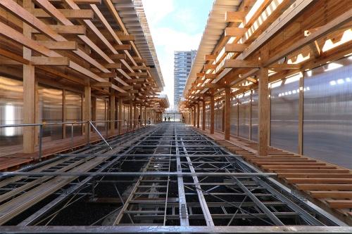 HARUMI FLAGの隣接地には、選手村ビレッジプラザが完成し、20年1月に報道陣に公開されている。東京五輪の開催時に選手団の交流拠点とする目的で建設された。現在は塀に閉ざされている。設計は日建設計、施工は熊谷組・住友林業JV。20年1月撮影(写真:日経クロステック)