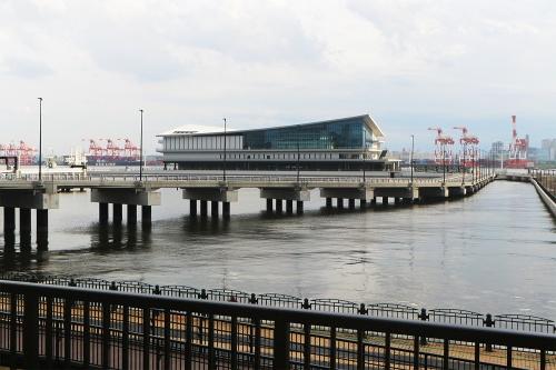 東京国際クルーズターミナルを陸側から見る。海上に土木構造物の人工地盤を建造し、その上にターミナルを建設している。設計は安井建築設計事務所、施工は五洋建設・東亜建設工業JV(写真:日経クロステック)