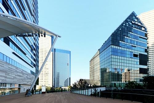 左手が豊洲ベイサイドクロスタワー。2015年竣工の豊洲シビックセンター(右手)、および東京臨海新交通臨海線(ゆりかもめ)豊洲駅の改札階と2階デッキで接続されている(写真:日経クロステック)
