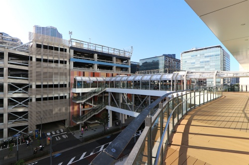 ららぽーと豊洲3の4階デッキ側から既存の同1を見る(写真:日経クロステック)