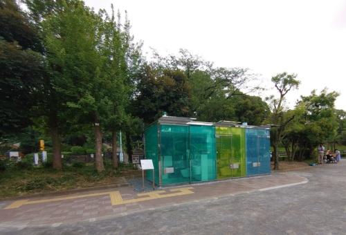 坂茂氏による「はるのおがわコミュニティパークトイレ」。内部が透けて見える(写真:日経クロステック)