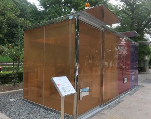 同じく坂氏による「代々木深町小公園トイレ」。こちらも内部が透けて見える。はるのおがわコミュニティパークトイレから徒歩3分ほどの場所にある(写真:日経クロステック)