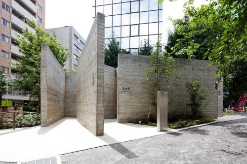 片山正通氏が手掛けた「恵比寿公園トイレ」。コンクリートの壁を15枚組み合わせた形をしている(写真:Kozo Takayama)
