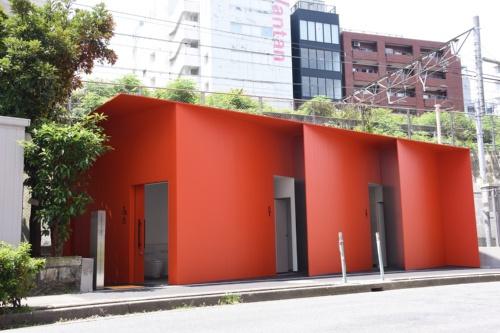 プロダクトデザイナーの田村奈穂氏が手掛けた「東三丁目公衆トイレ」。敷地は三角形で、道路に面し、背後に線路があるという特殊な立地だ(写真:日本財団)