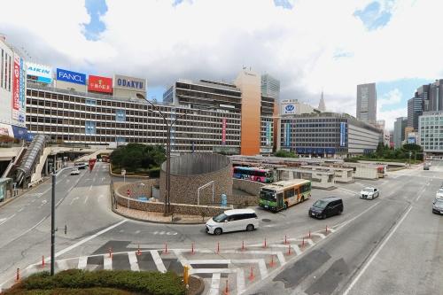 新宿駅西口駅前広場の現況を西側より見る。写真左手が、新宿駅西口地区開発計画で建て替えの対象となる小田急百貨店 新宿店(写真:日経クロステック)