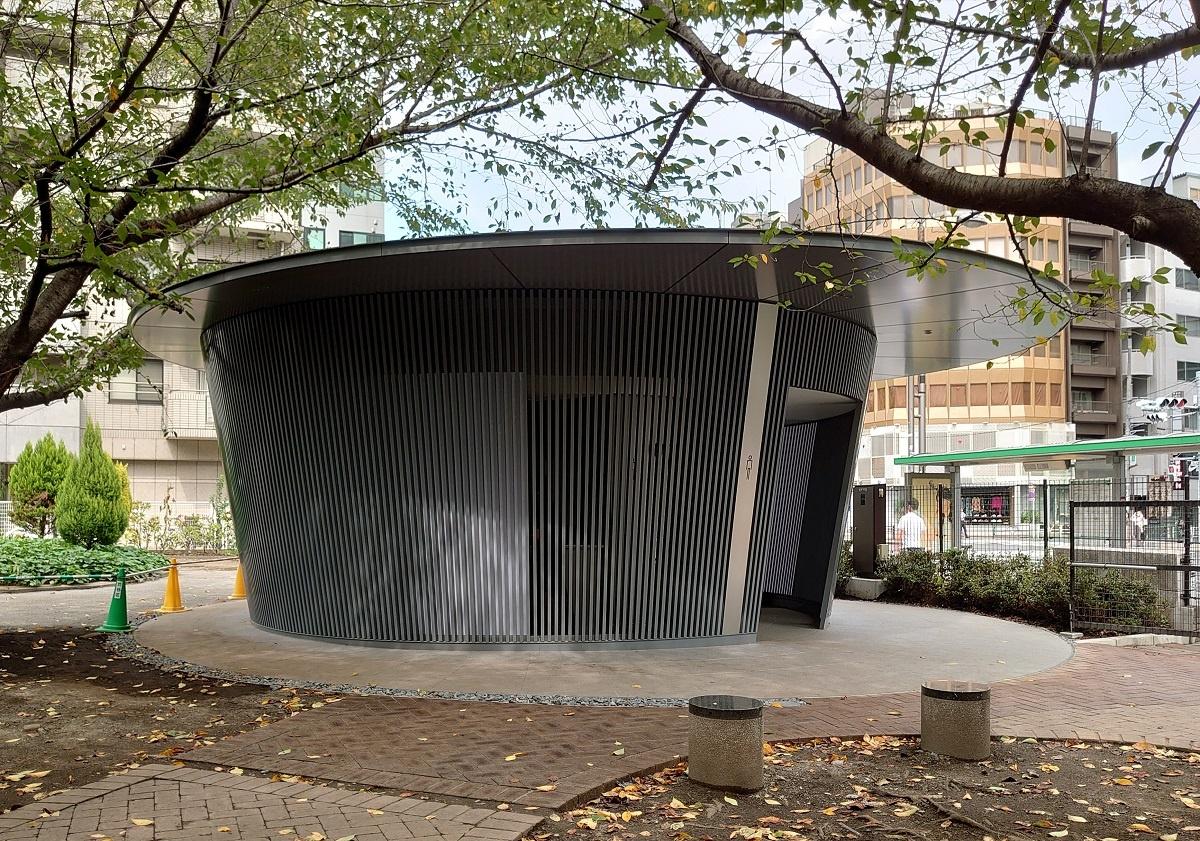 建物の前方に長い屋根ひさしがせり出し、縁側をつくっている(写真:日経クロステック)