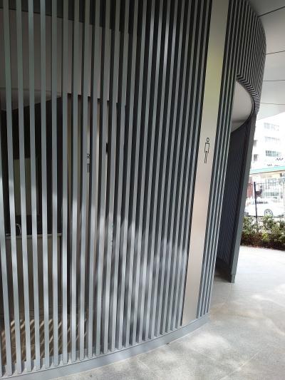 外壁は縦格子にした。外から中の通路が見える(写真:日経クロステック)