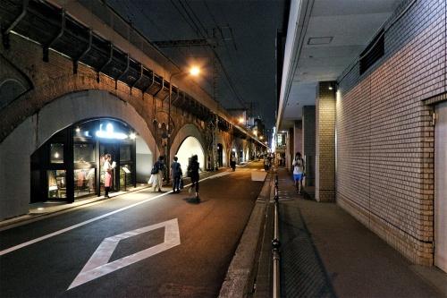 日比谷OKUROJIが入る高架橋の外観を有楽町駅側から見る。日比谷側の道路を挟んで向かい(右手)には、帝国ホテルなどが並ぶ(写真:日経クロステック)