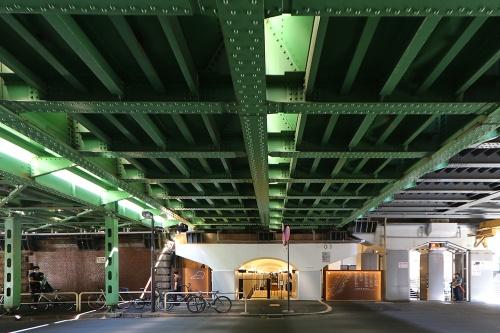 新橋側の出入り口を国会通り越しに見る。頭上は内幸橋架道橋(写真:日経クロステック)