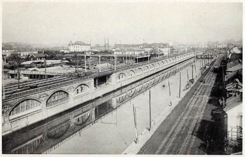 外堀沿いに建設された煉瓦アーチの高架橋(新永間市街線高架橋)のかつての様子。新橋駅北東部の土橋付近から見る。高架橋の向こうに、渡辺譲設計の初代帝国ホテル(1890年=明治23年竣工)、その左手にジョサイア・コンドル設計の鹿鳴館(1883年=明治16年竣工)が見える(写真:JR東日本)