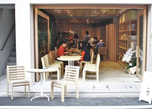 2020年10月20日にオープンしたコミュニティーカフェ「はぐくむ 湖畔」の外観。通りから室内の様子が見えやすい(写真:坂茂建築設計)